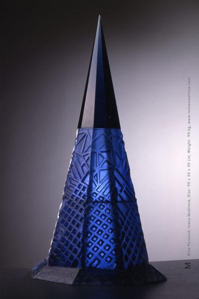 Modra-pyramida_Blue-Pyramid,95x35x35cm,90kg